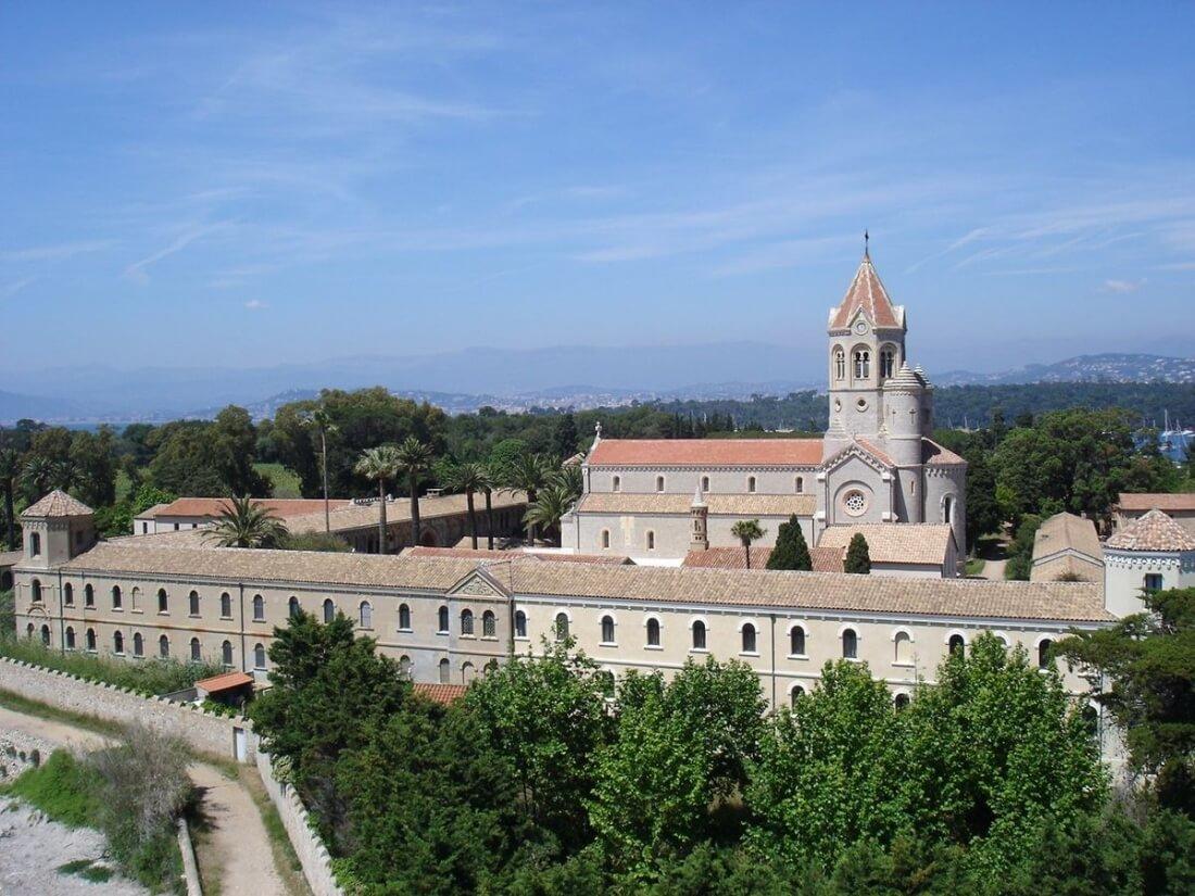4. L'abbaye de Lerins sur l'île Saint-Honorat